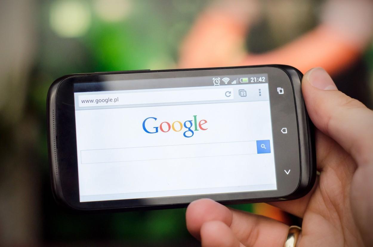 Utilizatorii de smartphone sunt vizați de Google mai mult decât de Apple. Ce date colectează sistemele de operare