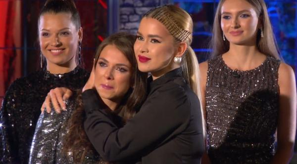 Vanessa Țone și Andreea Stoica se îmbrățișează