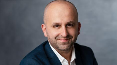 Bogdan Badea, CEO eJobs România, într-un sacou negru