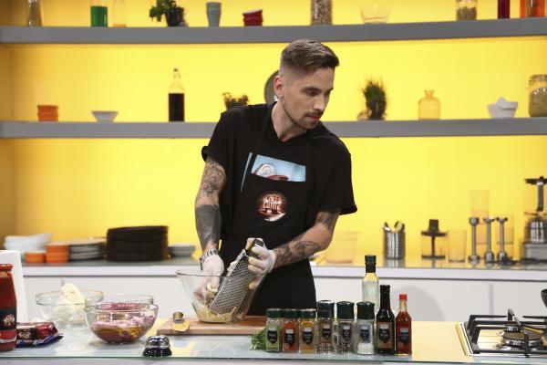 Ștefan Manolache, fotografiat în timp ce gătește în bucătăria Chefi la Cuțite, sezonul 9