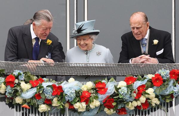 Regina Elisabeta, alături de Sir Michael Oswald și de Prințul Philip