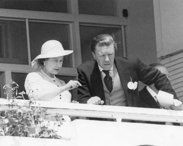 Regina Elisabeta, alături de Sir Michael Oswald, la balcon
