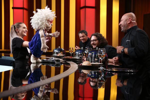 Chef Cătălin Scărlătescu, alături de bunicuța Julieta și Crina Zvobodă