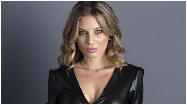 Ana Baniciu, îmbăcată într-o bluză neagră din piele