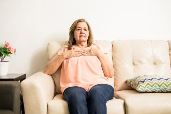 femeie care sta asezata pe o canapea