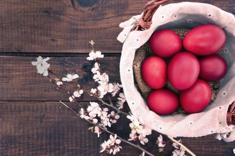 Ouă roșii și o crenguță cu flori