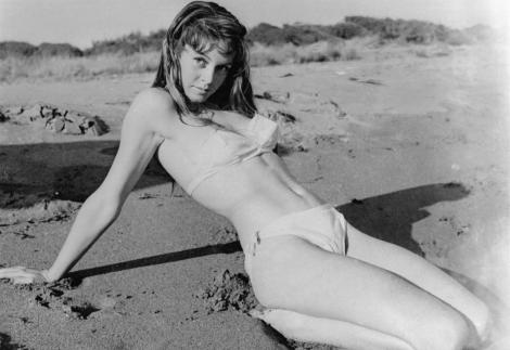 poza alb negru cu brigitte bardot în costum de baie la plaja