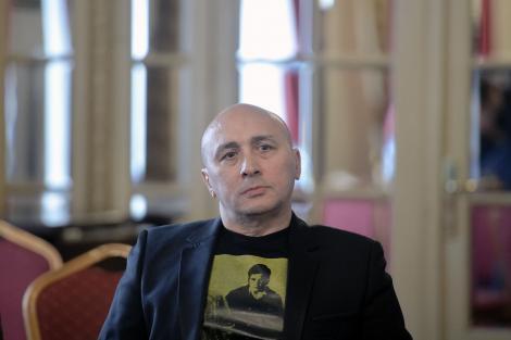 Marcel Pavel într-un tricou negru