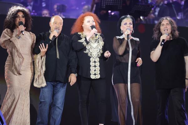 Nico, Bodo, Narcisa Suciu, Silvia Dumitrescu și Laurențiu Cazan, cântând pe scenă