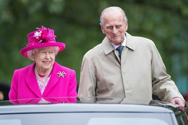 Regina Elisabeta și Prințul Philip în mașină