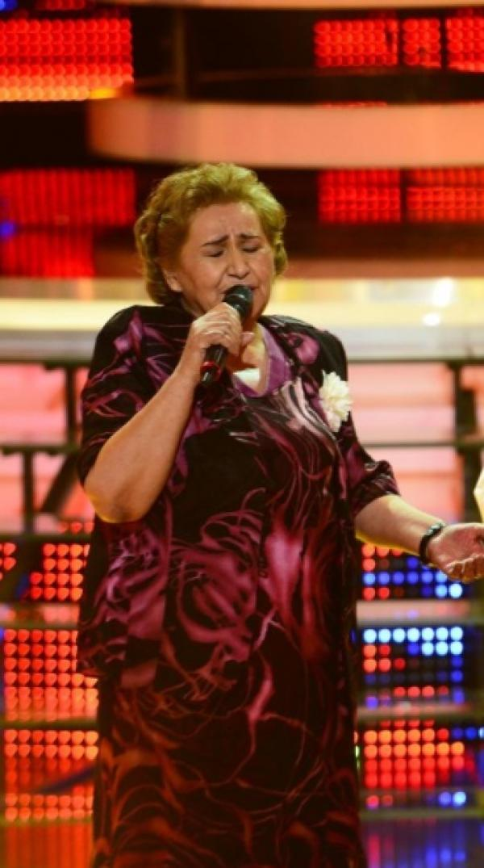 Gabi Luncă, cântând la microfon, pe scena Te cunosc de undeva!
