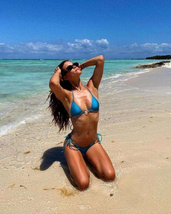 Nina Agdal în costum de baie pe plajă