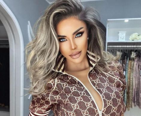 Bianca Drăgușanu intr-o bluză cu decolteu amplu si are părul ondulat