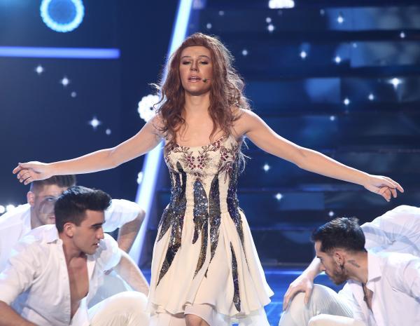 Radu Ștefan Bănica pe scena Te cunosc de undeva, în rochie albă