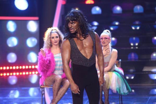 Pepe, într-o ținută neagră, cu pieptul dezgolit, transformat în Rick James, lângă 2 dansatoare, în gala 12 TCDU