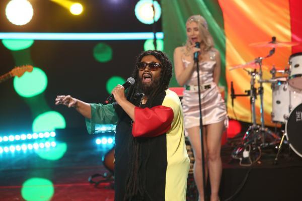Emilia Popescu, cu un tricou negru cu o mânecă roșie și una verde și cozi afro, transformată în Inner Circle, în Gala 12 TCDU