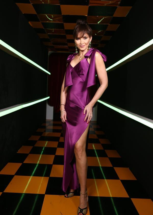 Alina Pușcaș, într-o rochie mov