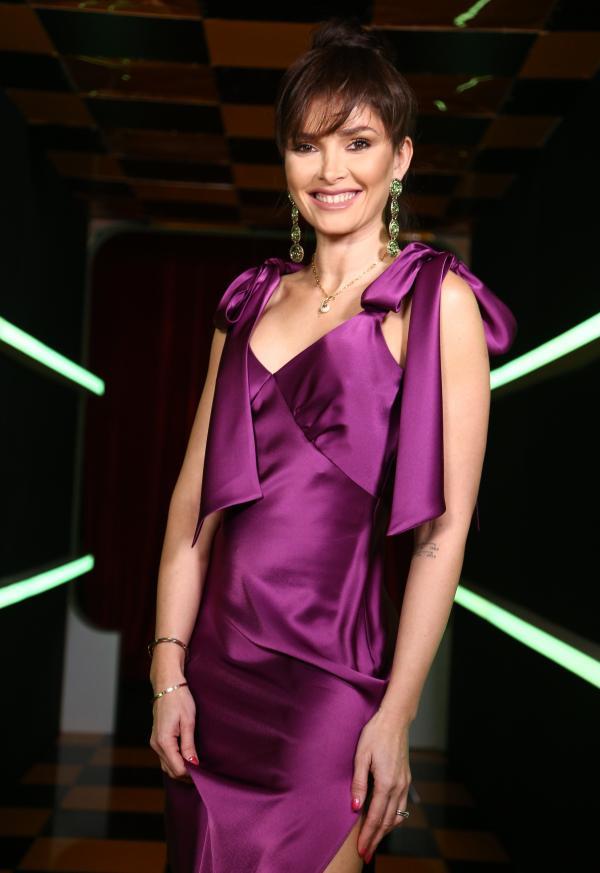 Alina Pușcaș, într-o rochie mov și decoltată