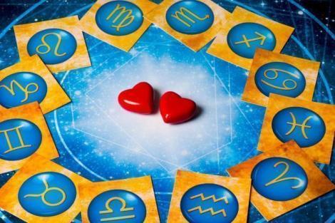 semne zodiacale și doua inimioare în centru