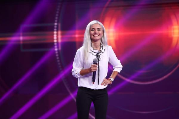 Cristina Șchiopu pe scena iUmor, vorbește la microfon
