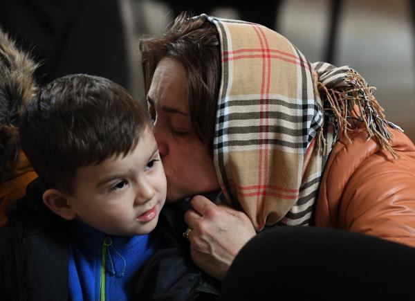 femeie care pupa pe obraz un copil