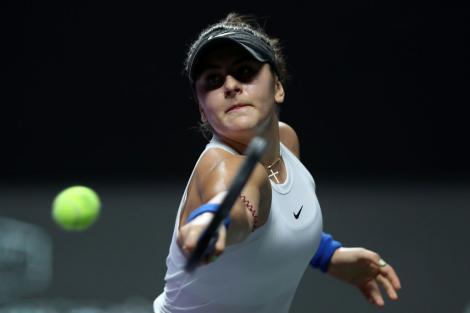 Bianca Andreescu, jucând tenis, într-un tricou alb