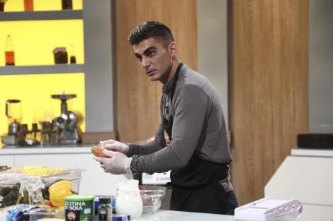 Cristian Farkas Ulise gatind in bucataria chefi la cutite