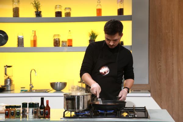 Robert Daniel Oană gatind in bucataria chefi la cutite