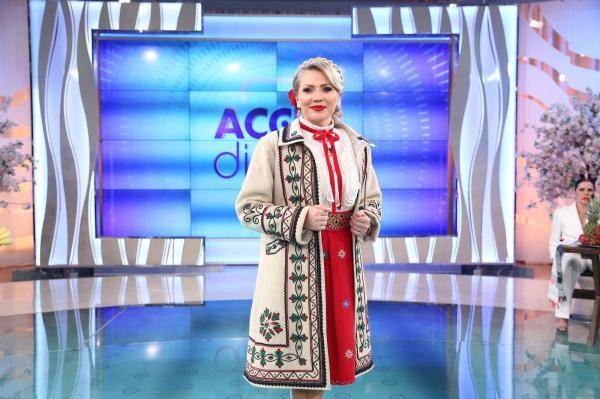 Mirela Vaida în haine tradiționale românești