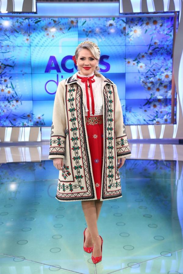 Mirela Vaida în haine tradiționale românești, în platoul Acces Direct