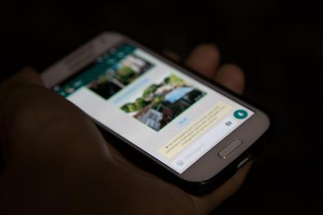 imagine ilustrativă cu un telefon cu whatsapp instalat