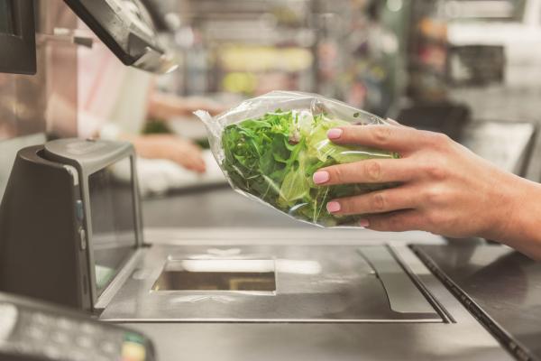Salată în pungă, scanată la supermarket