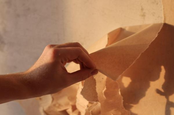 imagine cu mana unei persoane care renoveaza un zid