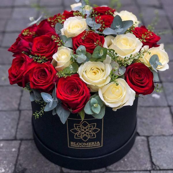 imagine ilustrativă cu un buchet de trandafiri intr-o cutie rotunda