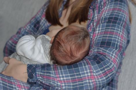 imagine cu o mama in timp ce alapteaza