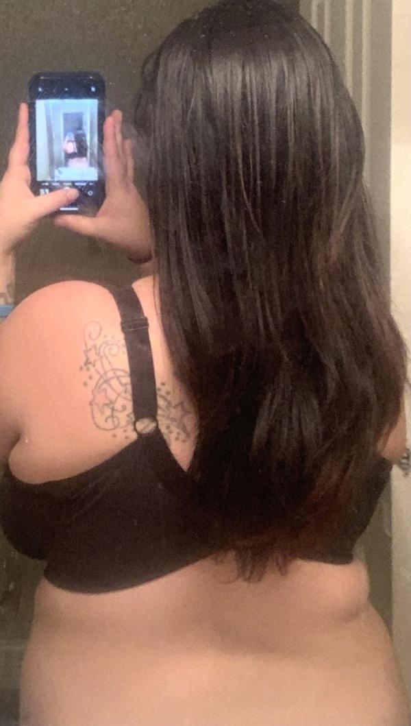 Kayla Romero, selfie in oglinda, aratandu-si spatele
