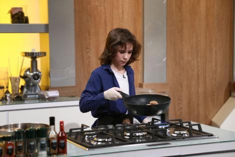 Luca Marius Ogrezaenu fotografiat în timp ce gătește în sezonul 9 Chefi la Cuțite
