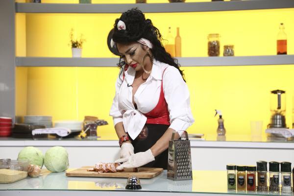Larisa Bercea, gătește la Chefi la Cuțite 2021 într-o rochie rosie din latex.
