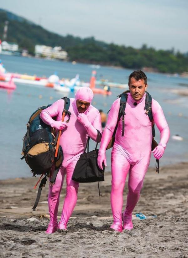 Sorin Bontea și Răzvan Fodor în costume roz