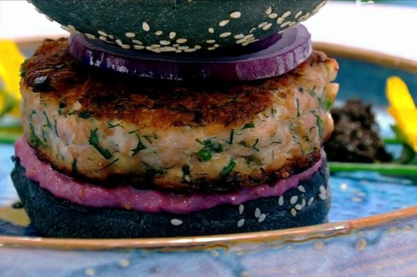 Burger de somon cu sos de sfeclă roșie și maioneză în chiflă cu cărbune