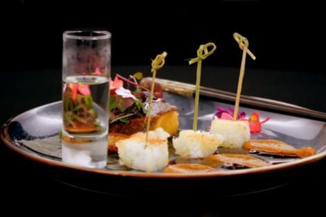 Pește halibut marinat în sos de miso, cu crochete de orez pentru sushi