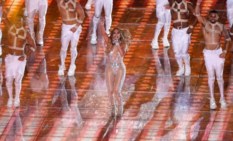Jennifer Lopez, într-o cămasă descheiata și lenjerie intima din dantelă la malul mării. Cum s-a lăsat fotografiată diva
