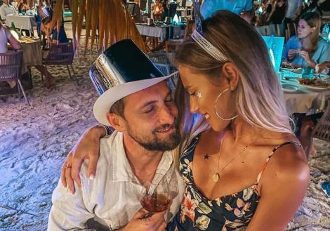 Gabriela Priscăriu și Dani Oțil îmbrățișaț si zambesc