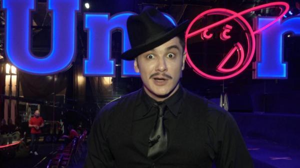 Vlad Drăgulin, îmbrăcat în negru și purtând o pălărie pe cap, la iumor