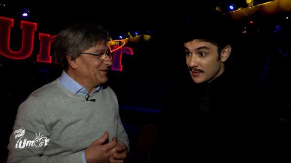 Vlad Drăgulin, îmbrăcat în negru și purtând o pălărie pe cap, la iumor, alături de Claudiu Bleonț