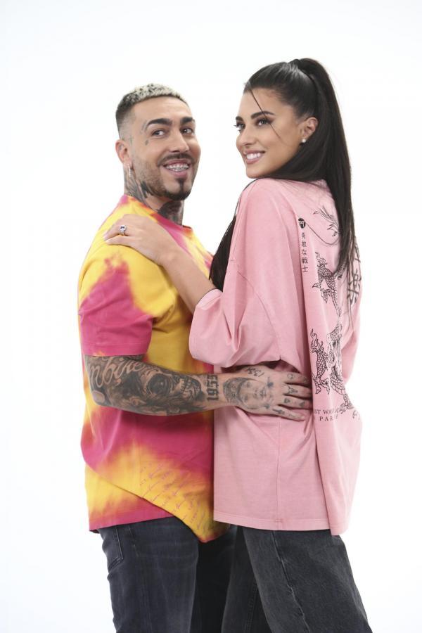 Antonia, într-un tricou roz și blugi negri, iar Alex Velea într-un tricou galben-portocaliu și blugi negri
