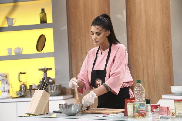 Antonia, într-un tricou roz și blugi negri, în platoul Chefi la cuțite