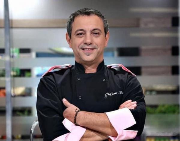 Sorin Bontea in tunica neagra cu mâneci roz