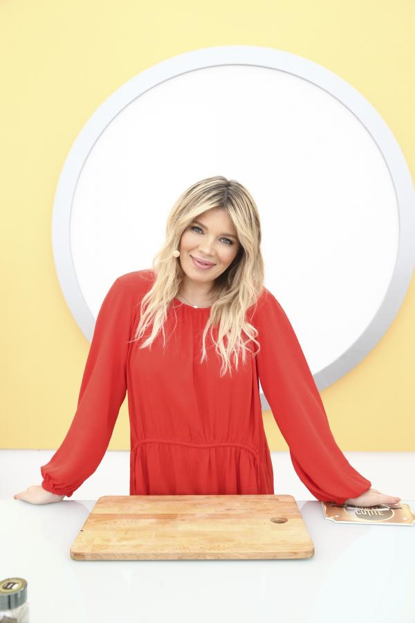 Gina Pistol, într-o bluză roșie, la Chefi la cuțite