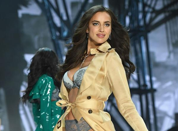Irina Shayk în lenjerie intimă și într-un palton